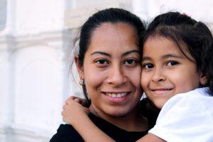 Mutter mit Ihrer Tochter auf dem Arm